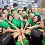 Equipo del AppStore con sus camisetas verdes por el día de la tierra