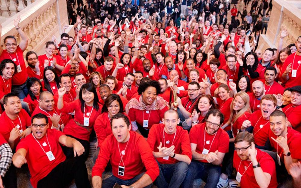 Trabajadores de Apple Store día RED