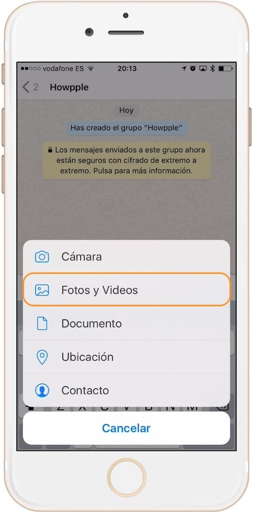 Aprende como mandar un GIF por WhatsApp pulsando añadir foto y video