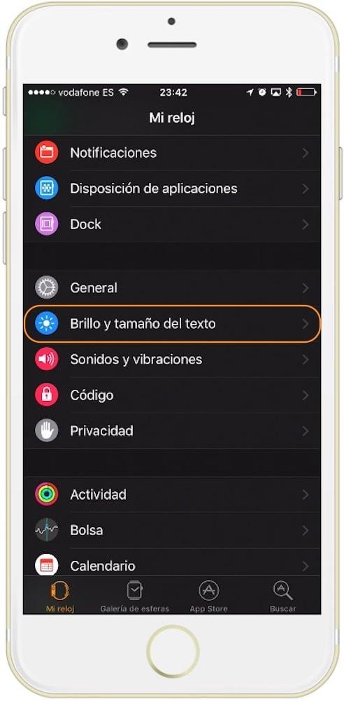 Sección brillo y tamaño Como aumentar el tamaño de la letra en el Apple Watch desde el iPhone