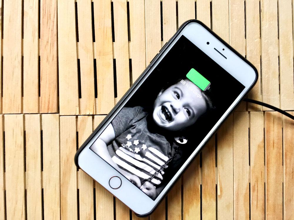 cargando el iPhone 8 PLUS de masera inalámbrica