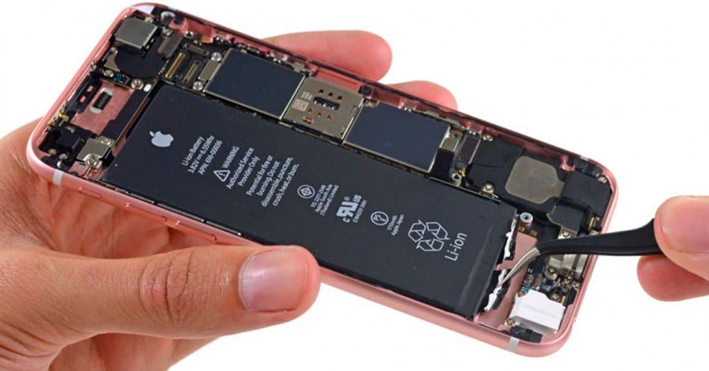 9bc7c3406dd Tras el escándalo que se montó por el desgaste de las baterías por el uso y  la reducción de rendimiento de sus iPhone ...